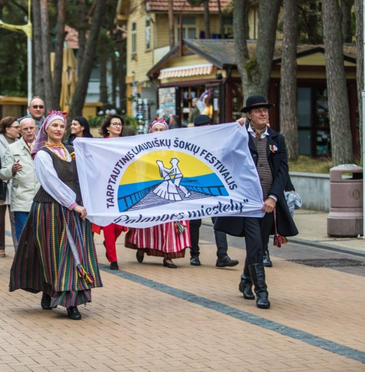 """Palanga kviečia pasišokti – savaitgalį kurorte vyks tarptautinis liaudiškų šokių festivalis """"Palangos miestely"""""""