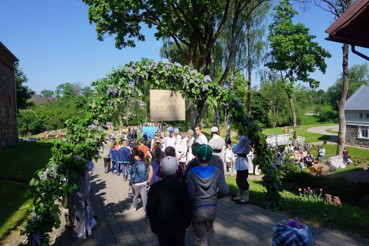 Liepos 6 d. Kretingos muziejuje kviečia kelti trispalvę bangą