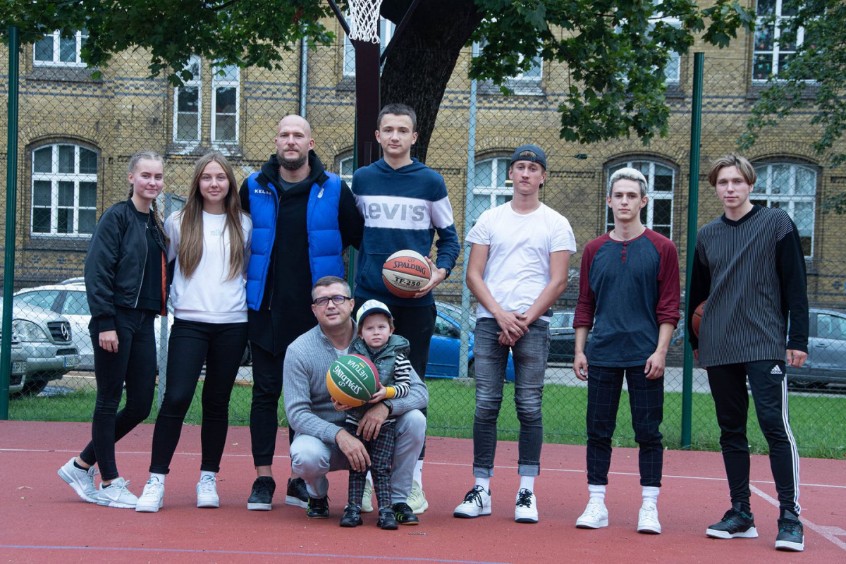 """BC """"Neptūno"""" klubas ir jo kapitonas M. Mažeika Klaipėdos karalienės Luizės jaunimo centrui padovanojo krepšinio lanką"""