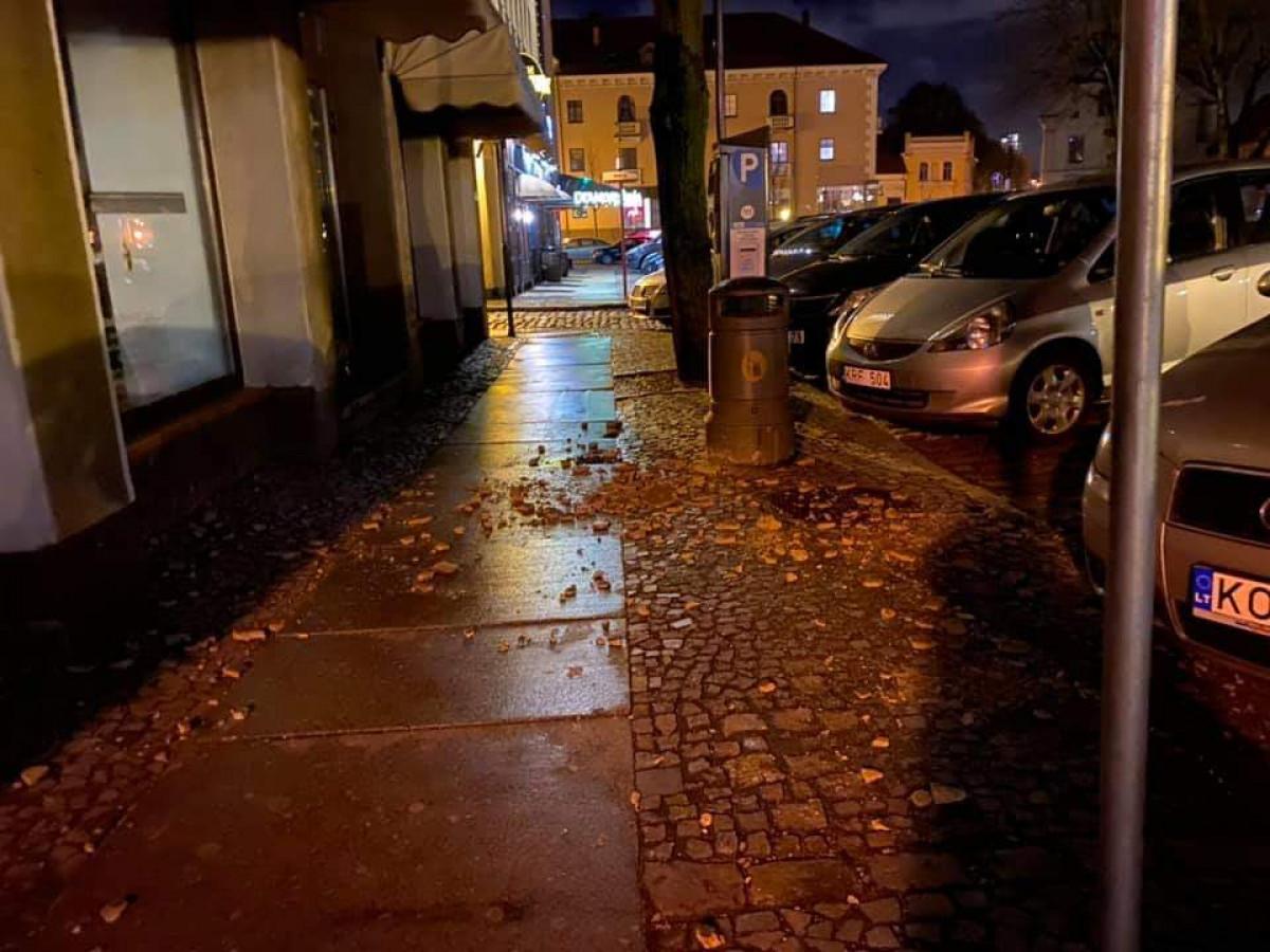 Įsisiautėjęs vėjas pridarė nuostolių Klaipėdos senamiestyje