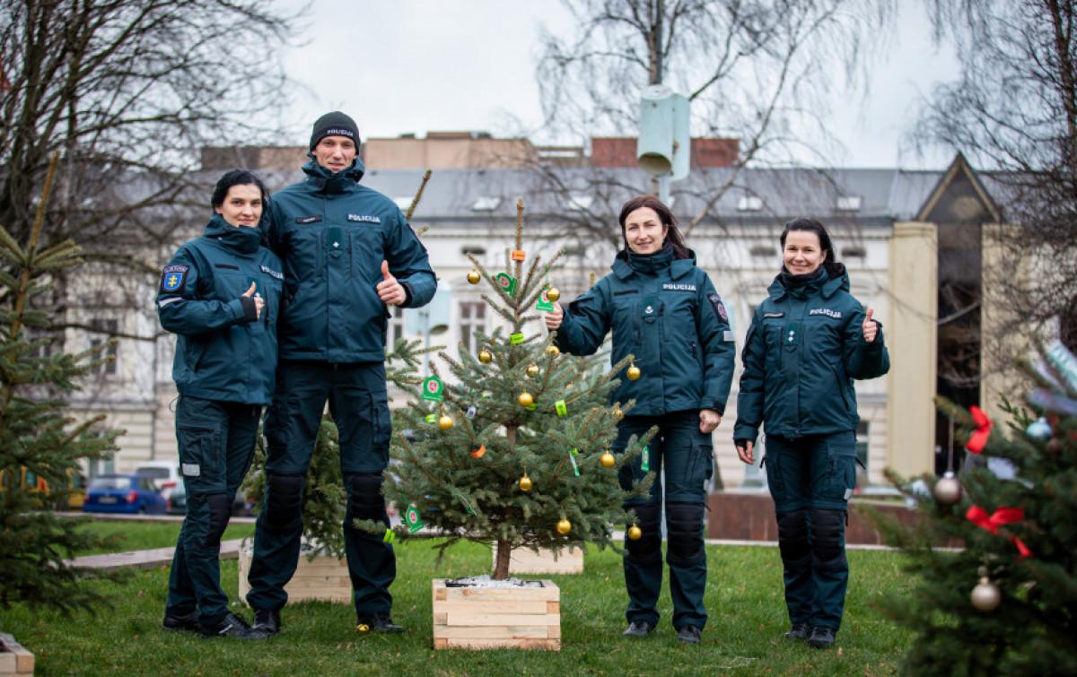 Klaipėdos pareigūnai papuošė eglutę miestui