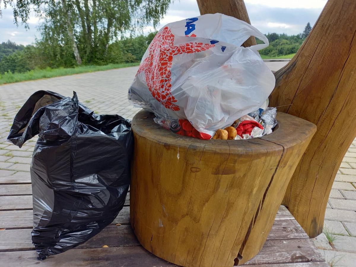 Poilsio aikštelėse, ypač po savaitgalių, kelininkai pastebi išaugusius paliekamų atliekų kiekius