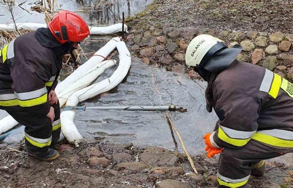 Salantuose išsiliejusios cheminės medžiagos pateko į Salanto upę