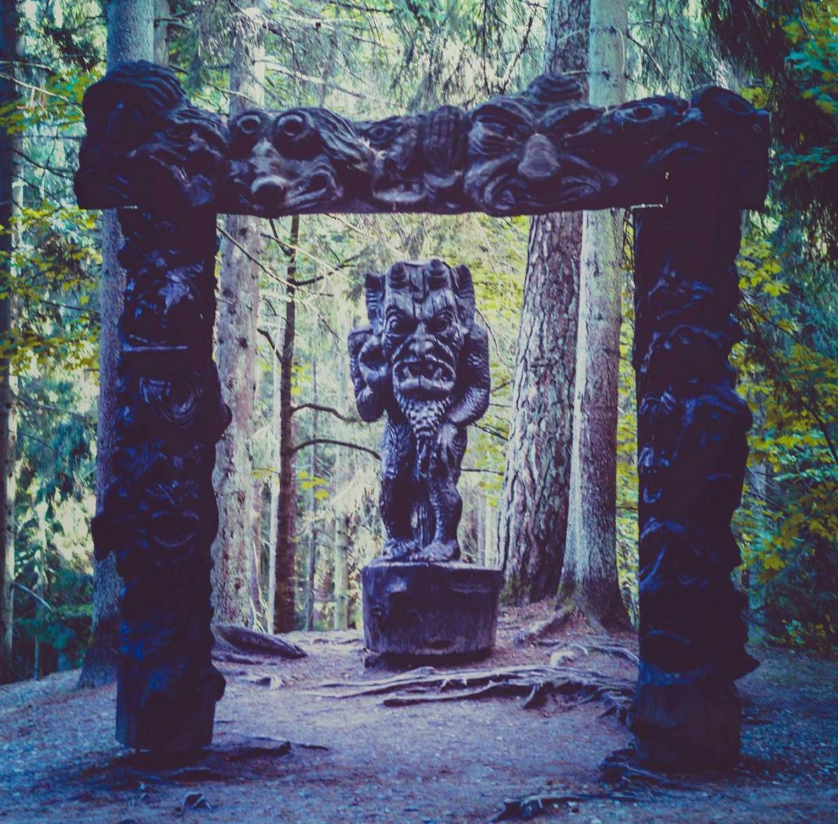 Juodkrantės Raganų kalne užvirė darbas – medžio skulptūras ruošia šaltajam sezonui