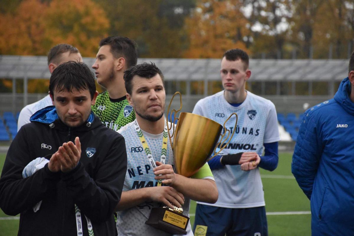 """""""Neptūno"""" futbolo komandos rankose LFF II lygos sidabro medaliai ir taurė"""