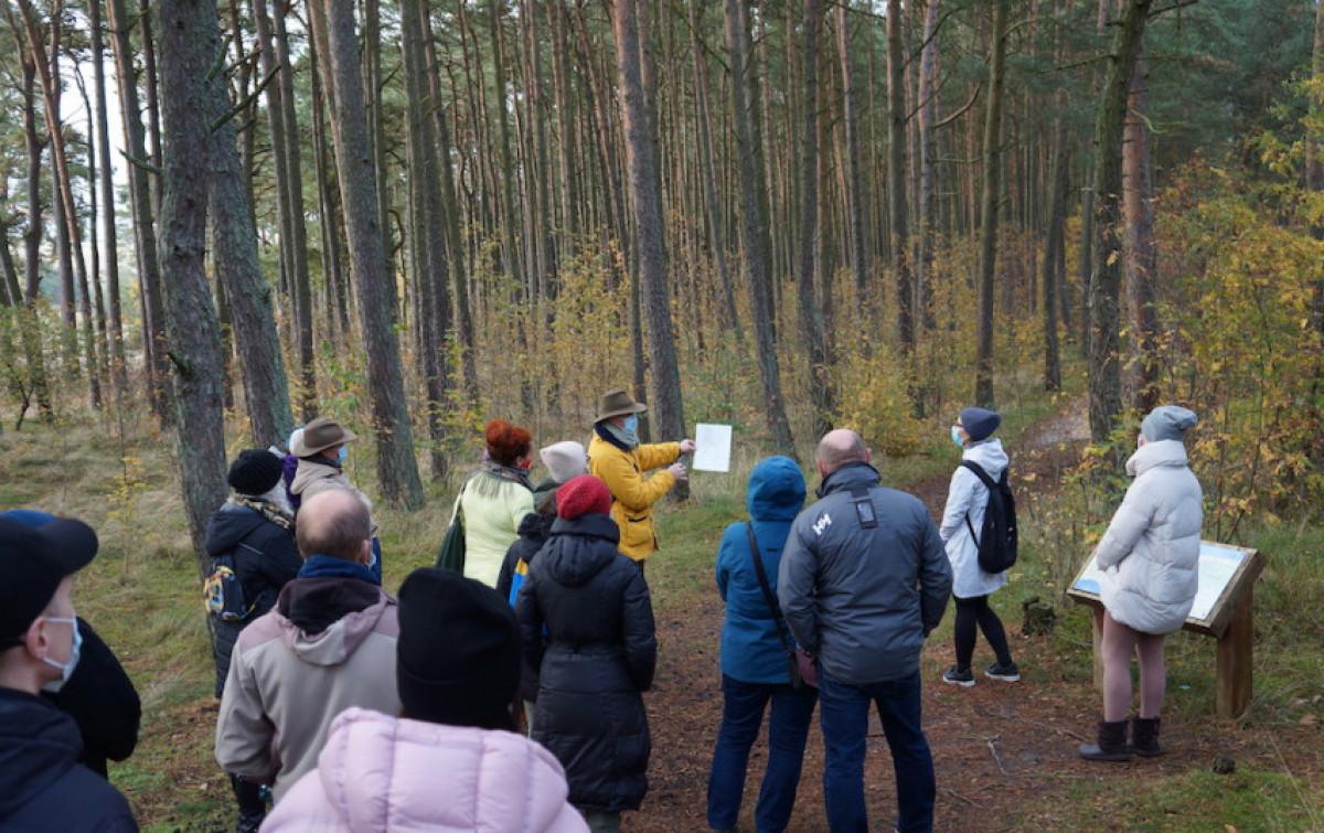 """Nidos meno kolonija kviečia šeštadienius praturtinti nemokamomis ekskursijomis """"Neringos miško architektūros"""""""