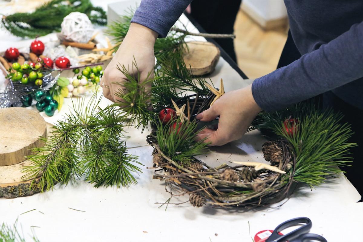 Klaipėdos universiteto darbuotojų nupinti Advento vainikai neš Kalėdų žinią vienišiems senjorams
