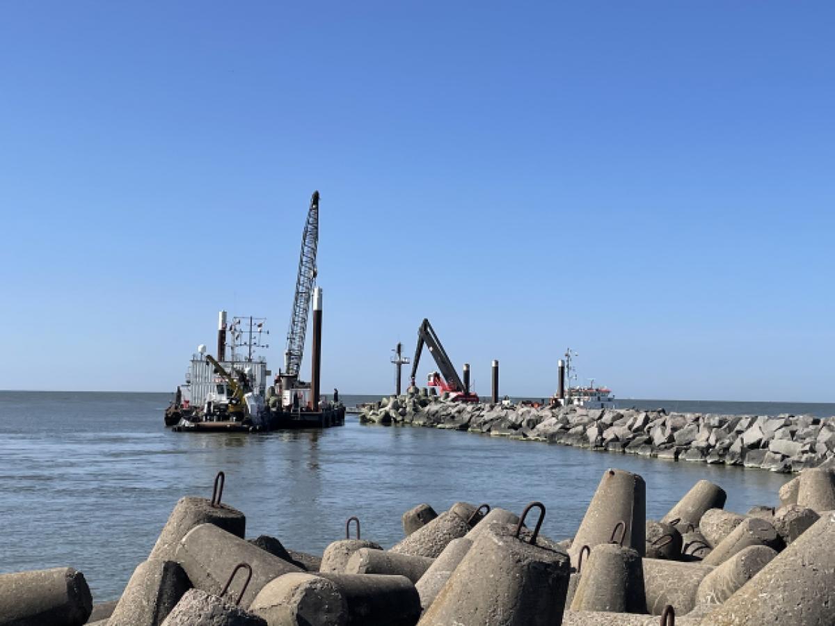 Uosto direkcija įspėja nelipti ant bangolaužių akmenų